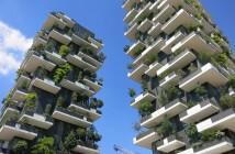 Das Foto zeigt zwei Hochhäuser des Gebäudekomplexes bosco verticale. Auf den Balkonen und Terrasen an den Fassaden wachsen Bäume und Büsche.