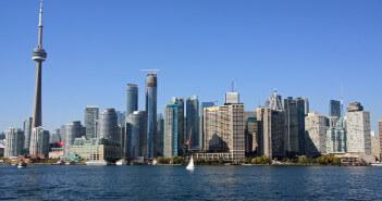 Die Hochhäuser von Toronto am Wasser.