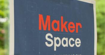 Auf dem Foto ist ein Plakat mit dem Schriftzug Makerspace zu sehen.