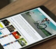Auf dem Foto liegt ein Tablet auf einem Holztisch. Auf dem Bildschirm ist die App des nachhaltigen Warenkorbs zu sehen mit Tipps zum Einkaufen.