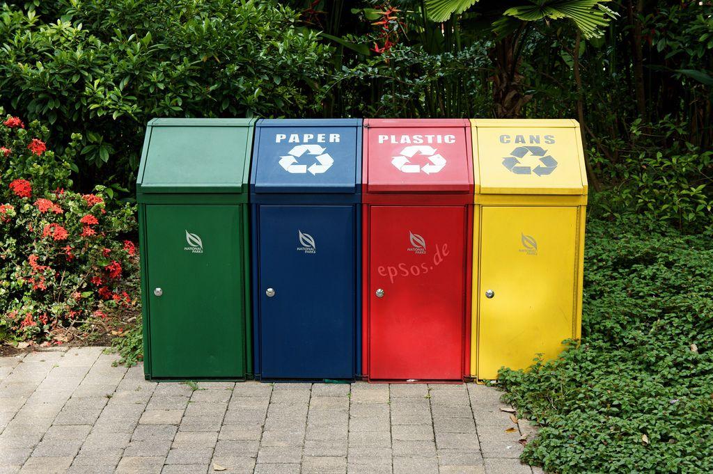 Auf dem Foto sind vier Behälter abgebildet, die zum Sammeln von Stoffen zur Wiederverwendung genutzt werden.