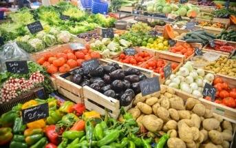 Auf dem Foto sind verschiedene Sorten Gemüse zu sehen. Nach Nachhaltigkeit sortiert sind die Lebensmittel in normalen Länden nicht.